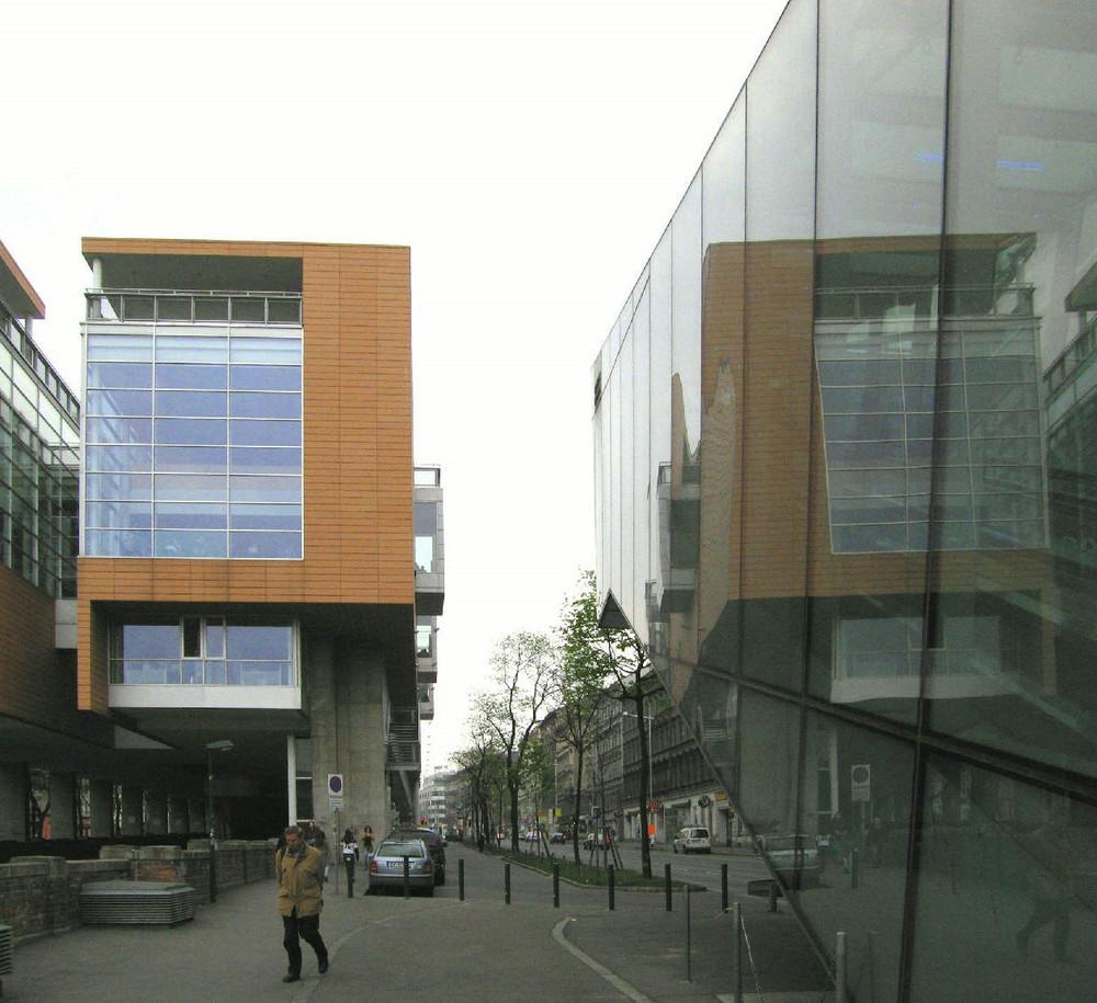 Hauptbücherei in Wien - Spiegelung