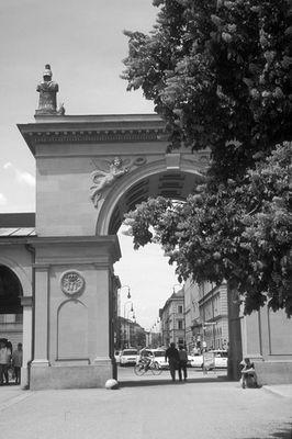 Haupteingang am Hofgarten in München (Schwarz/weiß)