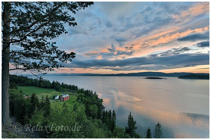 """""""Haus am Meer"""" - Landwirtschaftliches Anwesen bei Abendstimmung am Fjord bei Bodö, Norwegen"""