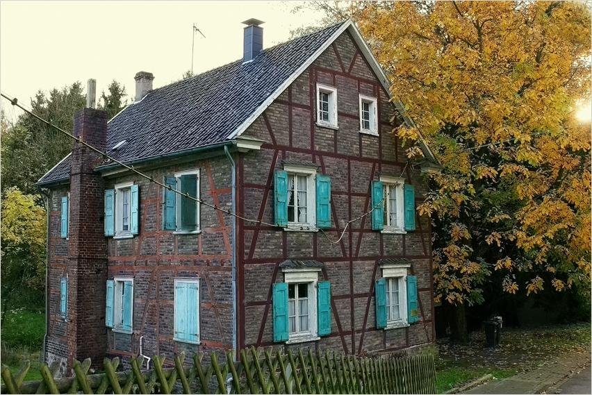Haus im Herbst ....