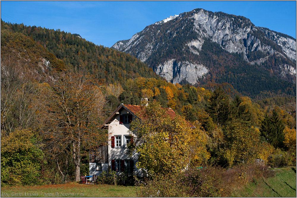 Haus im Herbstwald