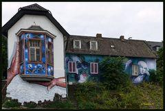 Haus mit Graffiti verschönt