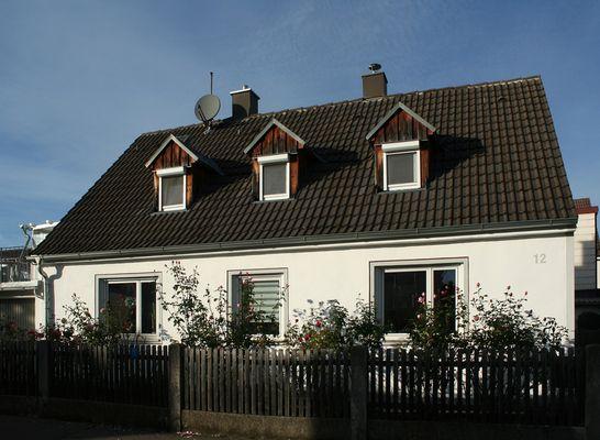 Haus mit Rosen im Vorgarten
