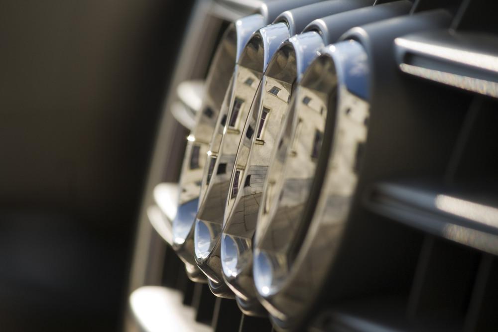 Hausfassade 5mal gespiegelt im Audi-Logo