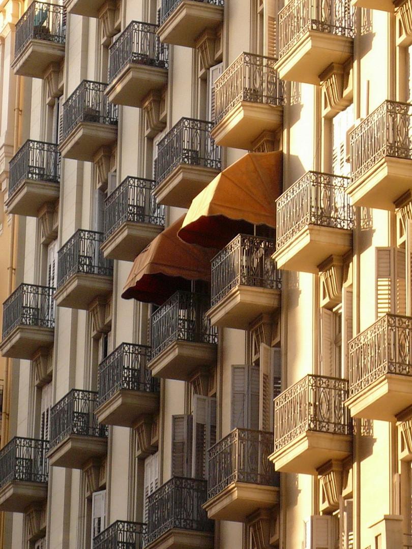 Hausfassade mit Balkonen in Valemcia/ Spanien
