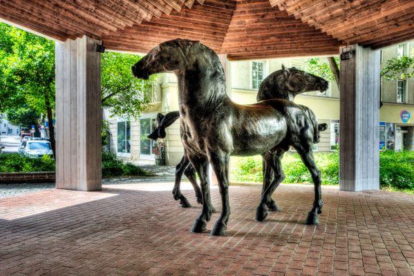 HDR - Bildserien von zwei Pferde.Skulpturen in München am Perde-Markten