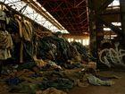 Heeresreste in einer alten Industriehalle