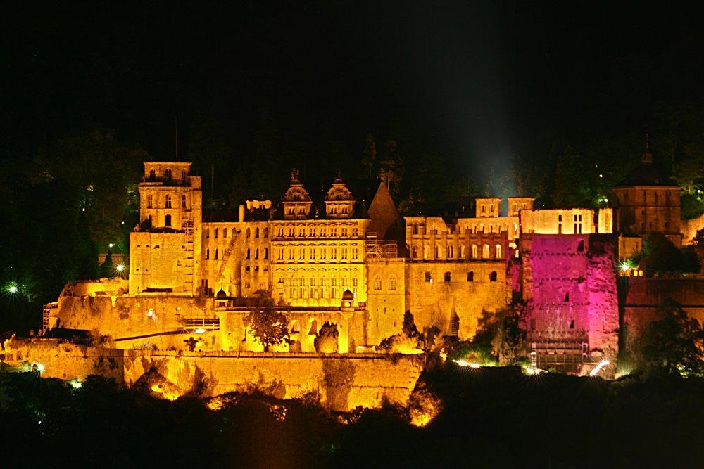 Heidelberger Schloss bei Nacht mit rot beleuchtetem Dickem Turm