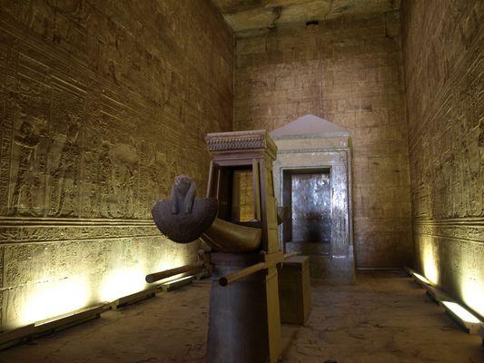 Heilige Barke im Sanktuar des Horus-Tempel von Esna