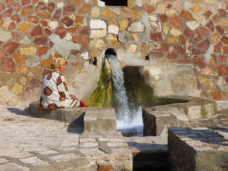 Heiße Quelle in Tunesien mit einheimischer Frau