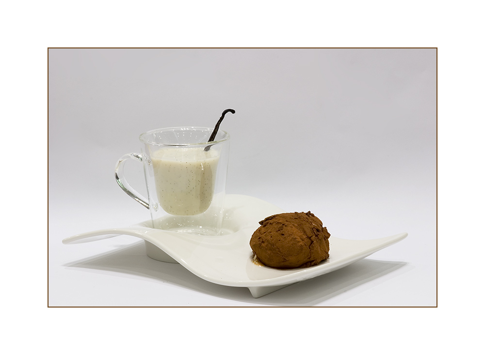 Heiße weiße Schokolade mit Vanilleeis-Trüffel