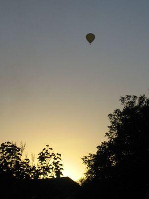 Heißluftballon am Abendhimmel