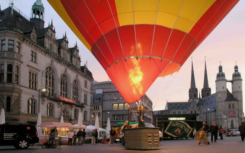 Heißluftballon auf dem Marktplatz in Halle/S
