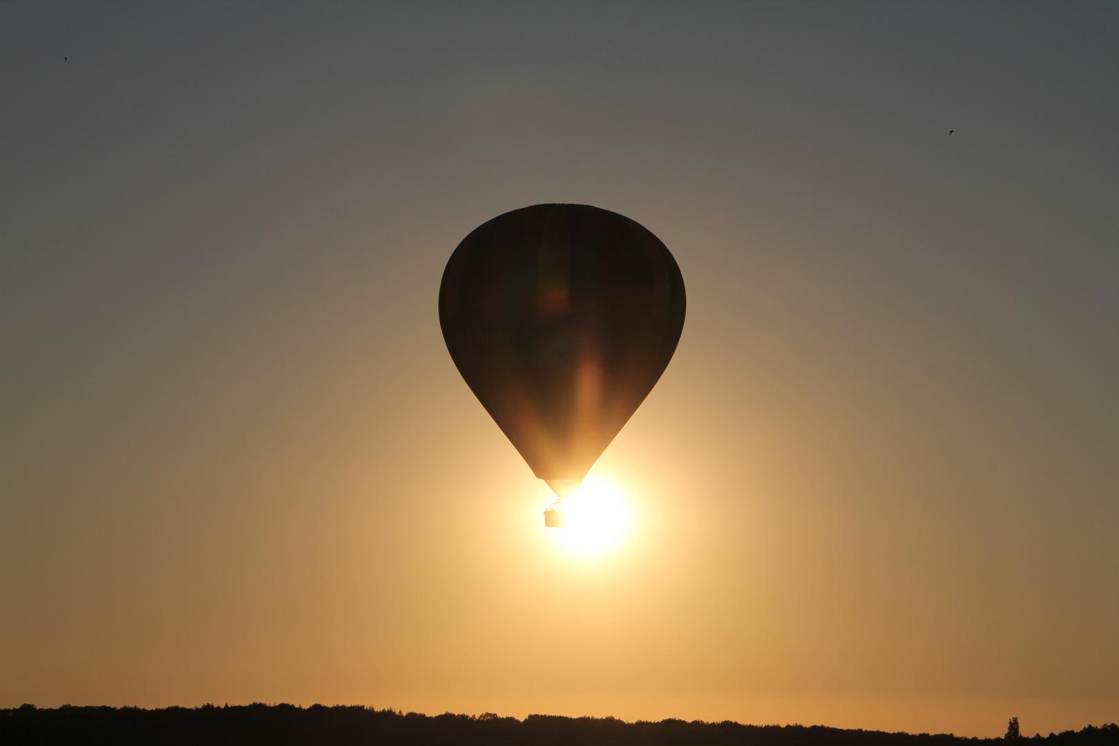 Heissluftballon über Vézelay (Frankreich)