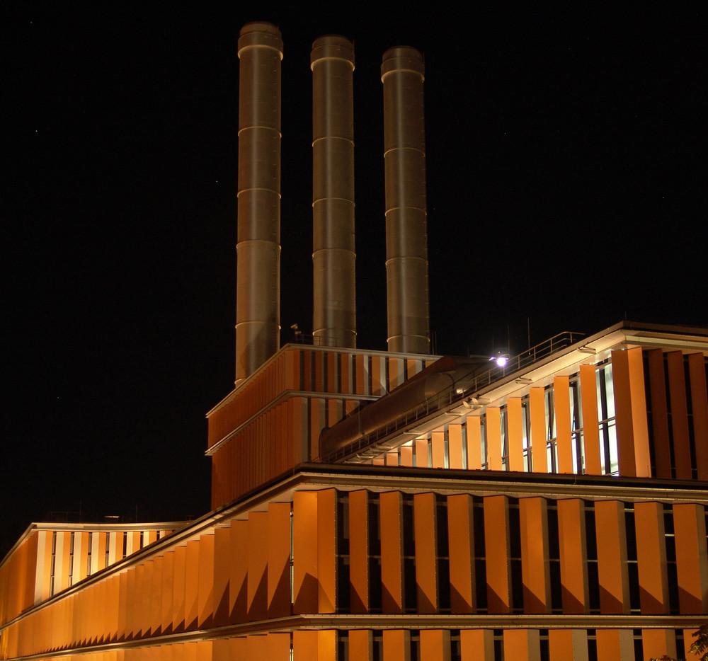 Heizkraftwerk bei Nacht