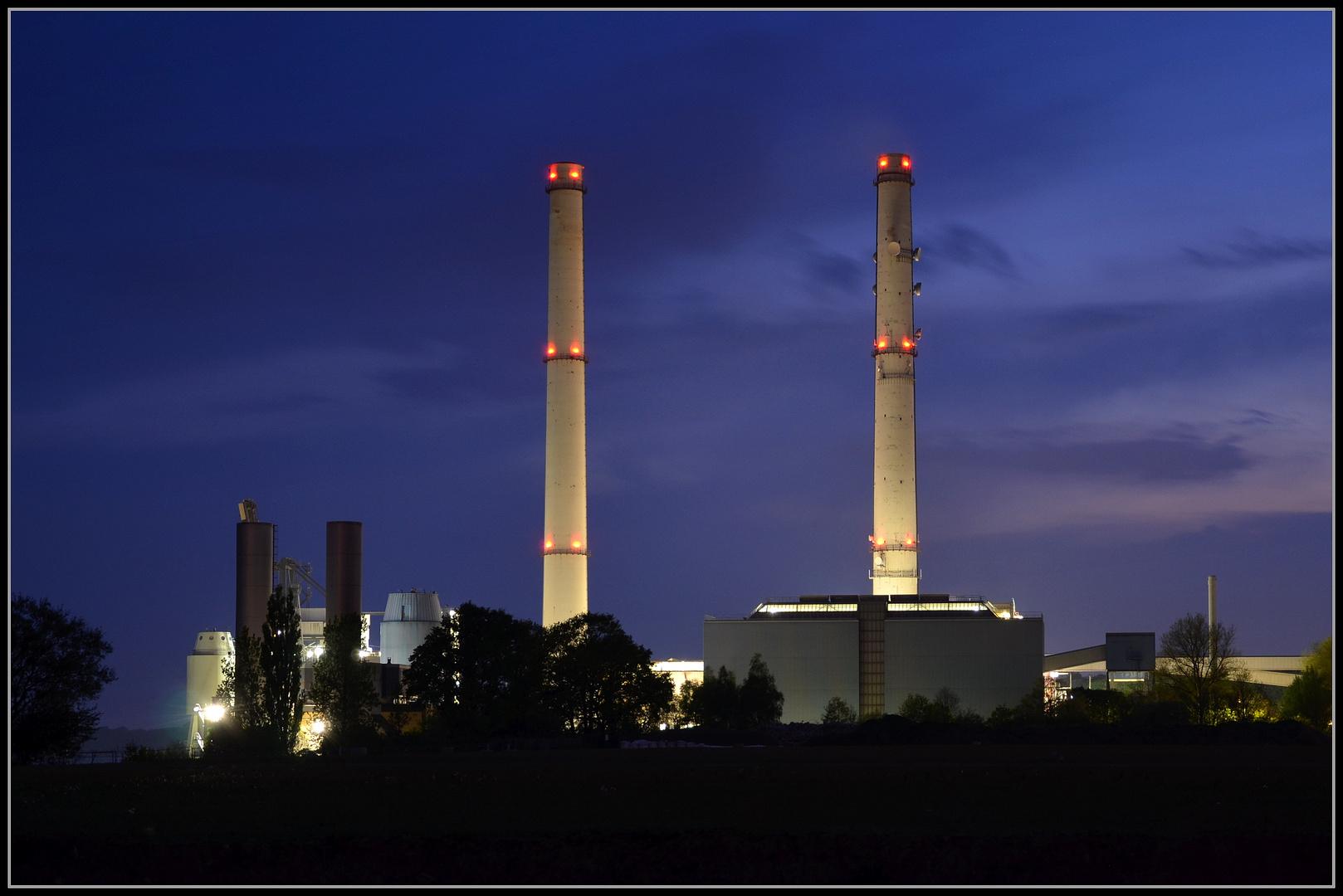 Heizkraftwerk Wedel zur blauen Stunde