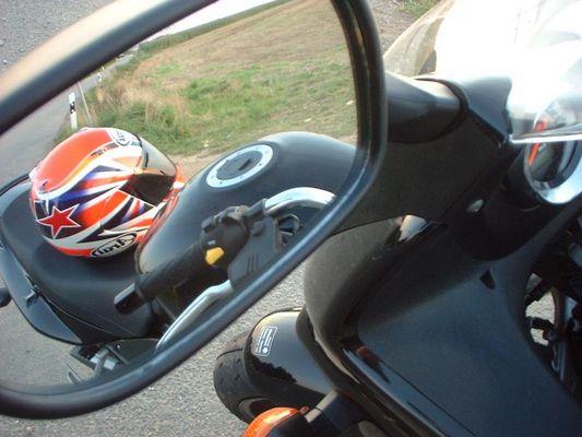 Helm im Motorradspiegel
