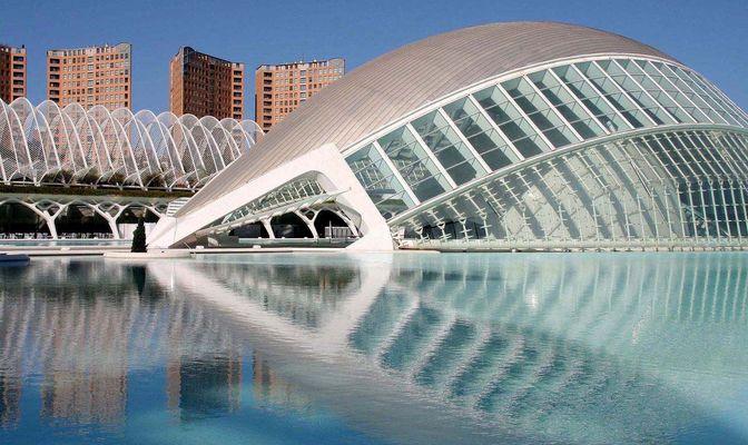 Hemisfèric y Umbracle en la Ciudad de las Artes y las Ciencias en Valencia.