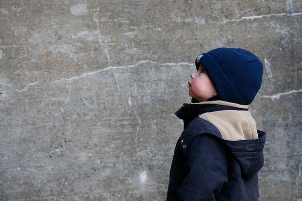Henri vor der alten Mauer