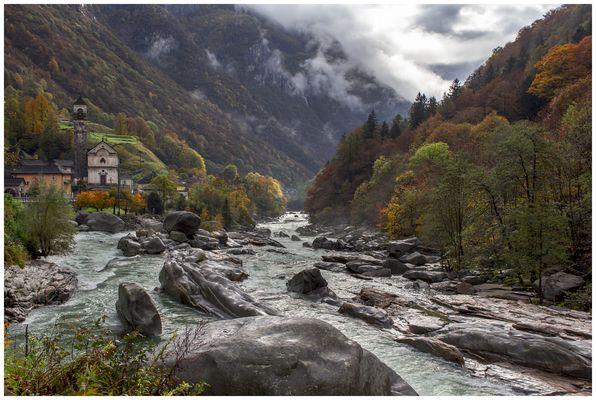 Herbst im Valle Verzasca Schweiz