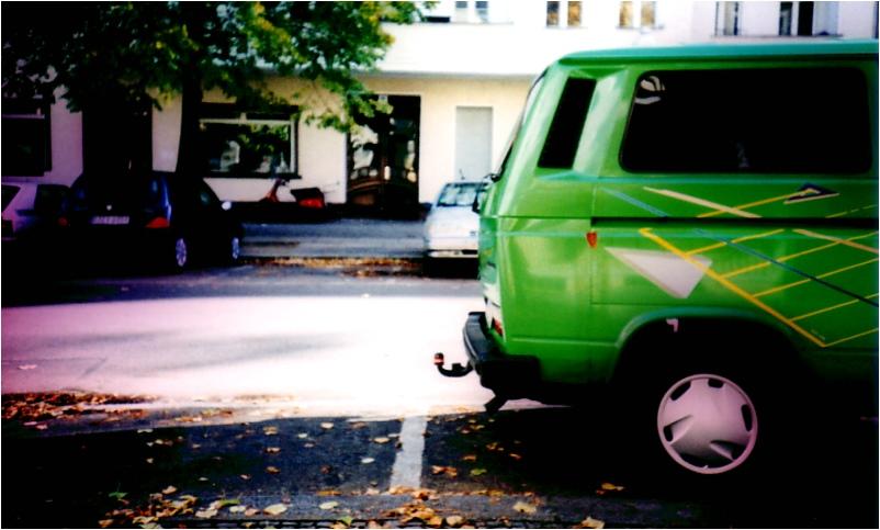 Herbst vor der Haustür inkl. grünem Auto