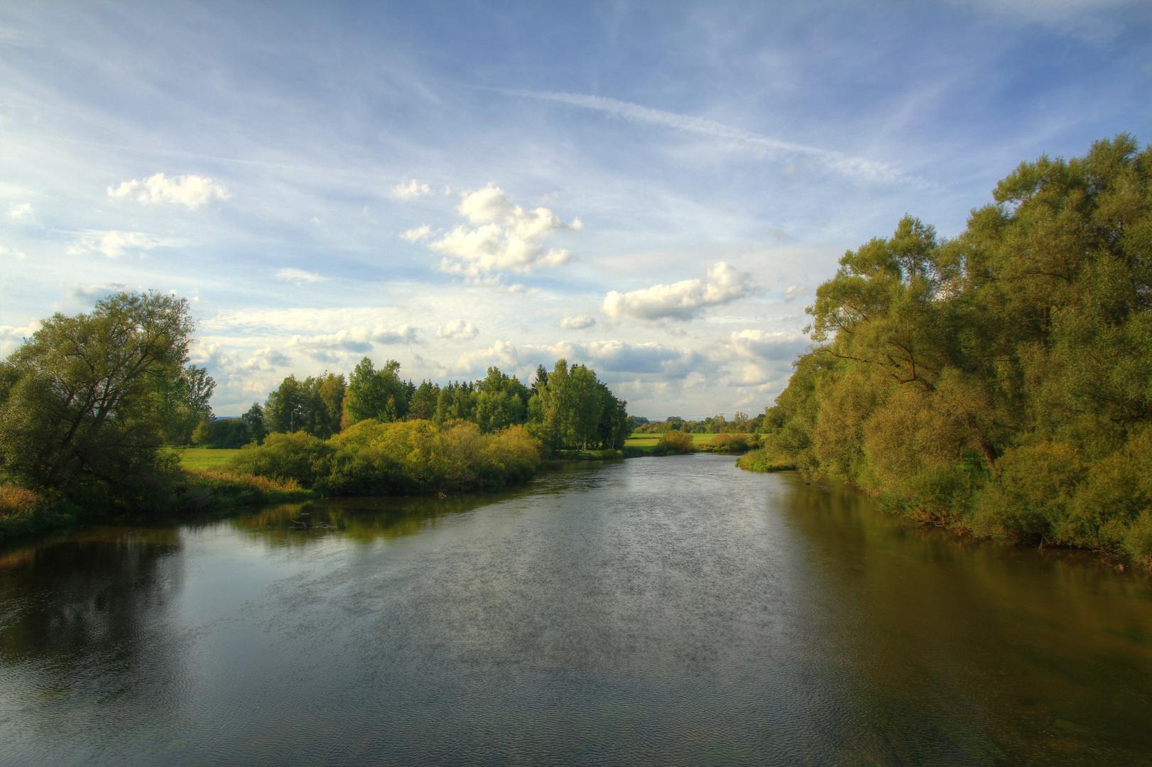Herbstbeginn am Fluss