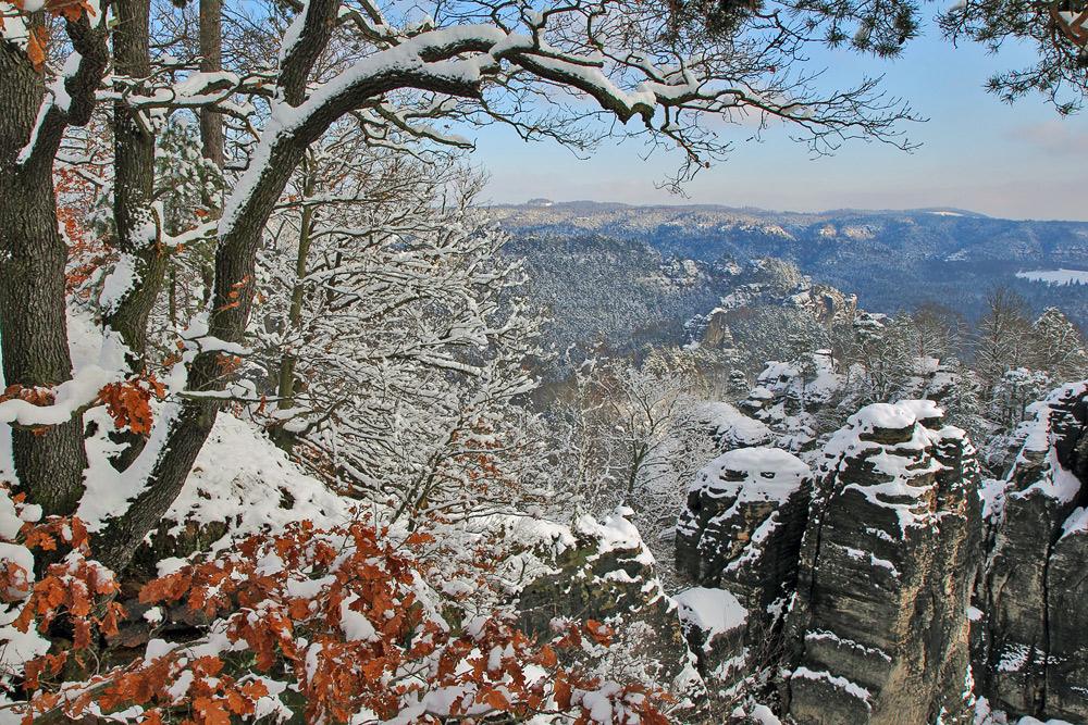 Herbstlaub und Schnee und ein Blick von der Bastei in der Sächsischen Schweiz