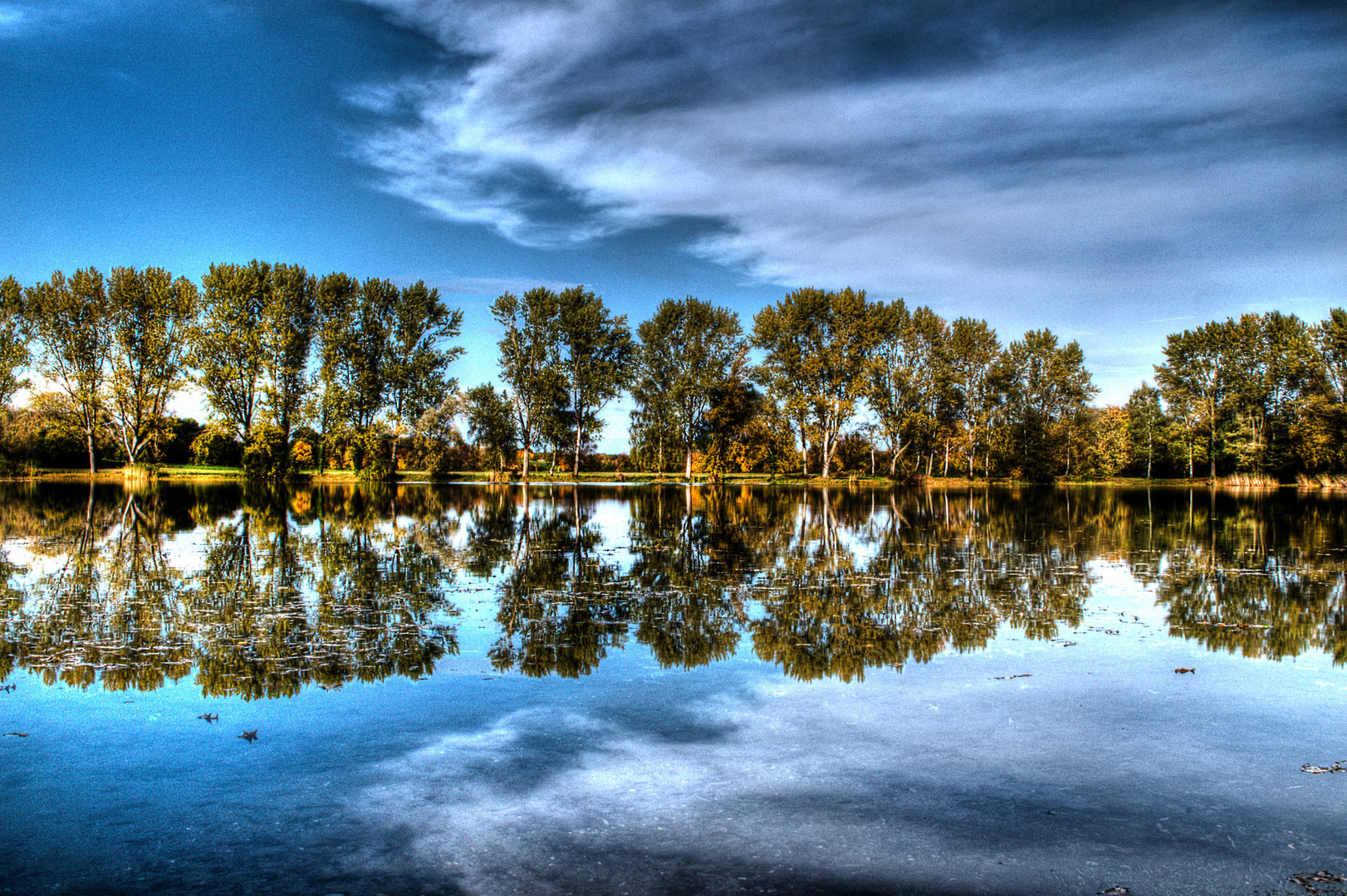 Herbstlich helles Leuchten überm See