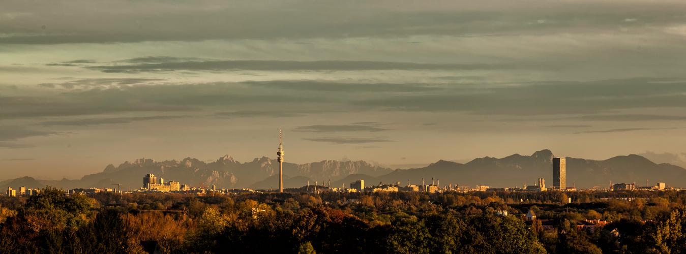herbstliche Skyline von München