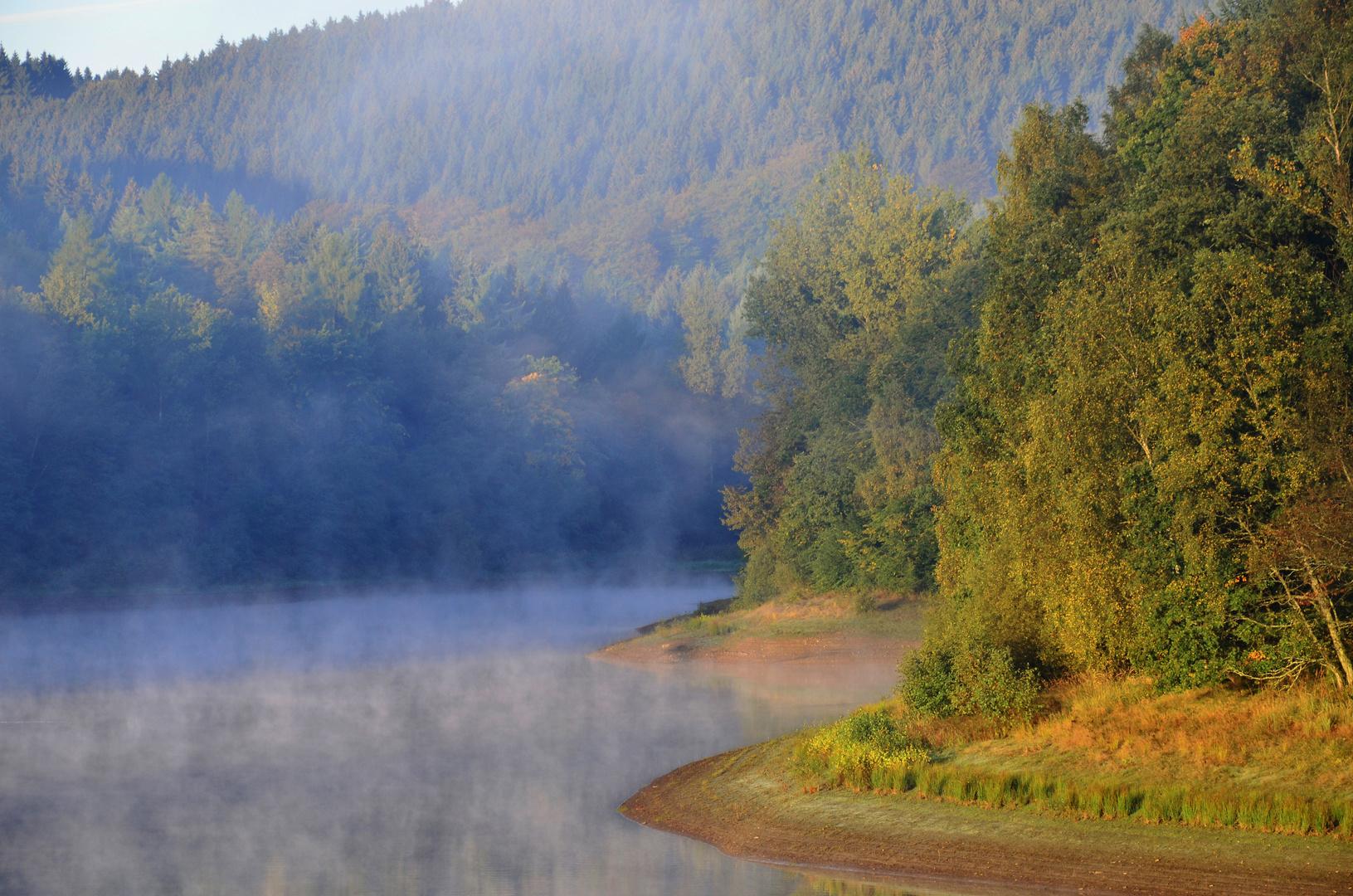 Herbstlicher Sonnenaufgang am Talsperrenufer
