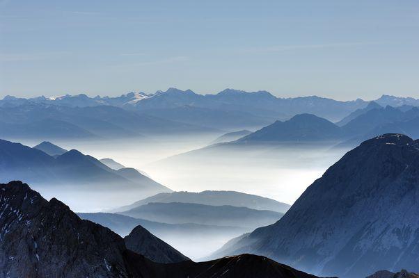 Herbstlicher Talnebel von der Zugspitze