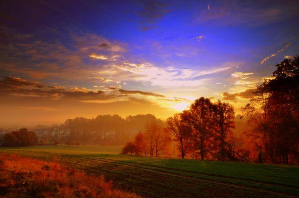 Herbstmorgen mit Nebel und einem Sonnenaufgang