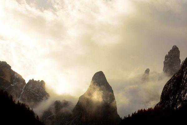 Herbstnebel in den Dolomiten