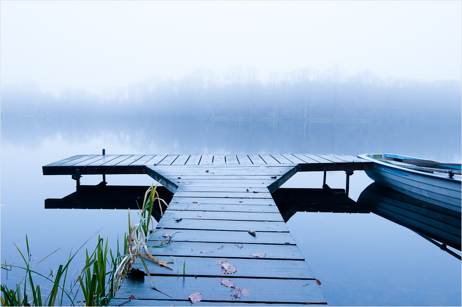 Herbstnebel senkt sich übers Wasser