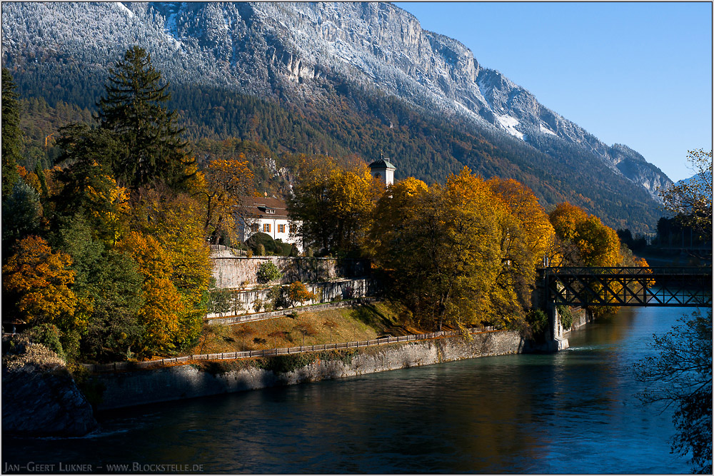 Herbstschloss vor Wintermassiv