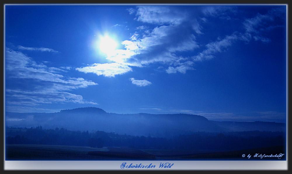 herbtlicher Morgen im blauen Schein