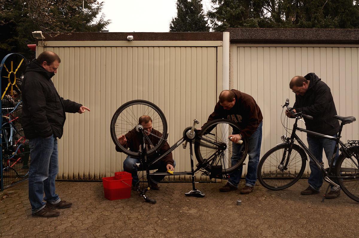 Herren beim Fahrradputz oder: Wird Zeit, daß es warm wird und wir einen Ausflug machen können...