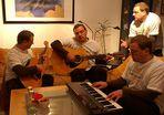 Herren musizieren oder: Kommt Jungs, lasst uns noch mal das Weihnachtslied proben...