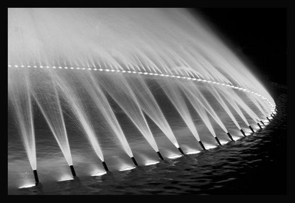 Herrenhäuser Garten - Springbrunnen beleuchtet s/w