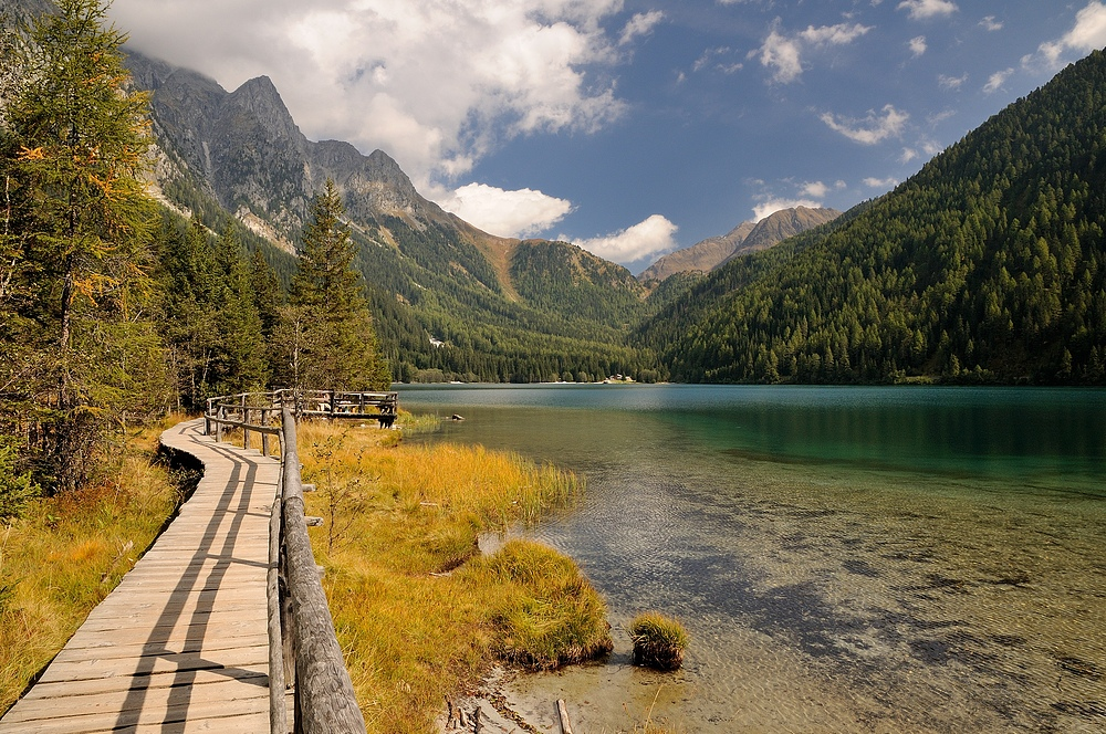 Herrlich angelegt ist der Rundweg am Antholzersee, hier mit Blick Richtung Staller Sattel,...