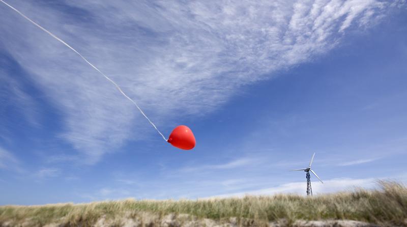 Herz-Luftballon grüßt Windrad
