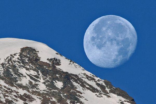 Herzlichen Glückwunsch für Maria  zum Geburtstag mit dem Mond...