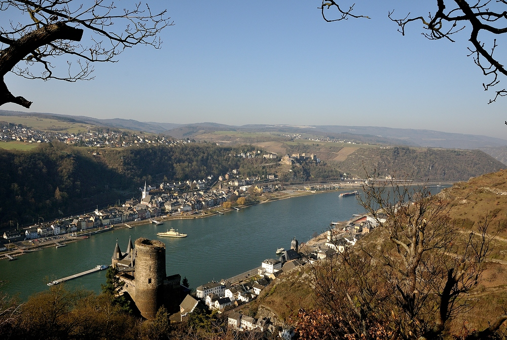 Hier ein Blick auf St. Goarhausen unten rechts mit der Burg Katz...