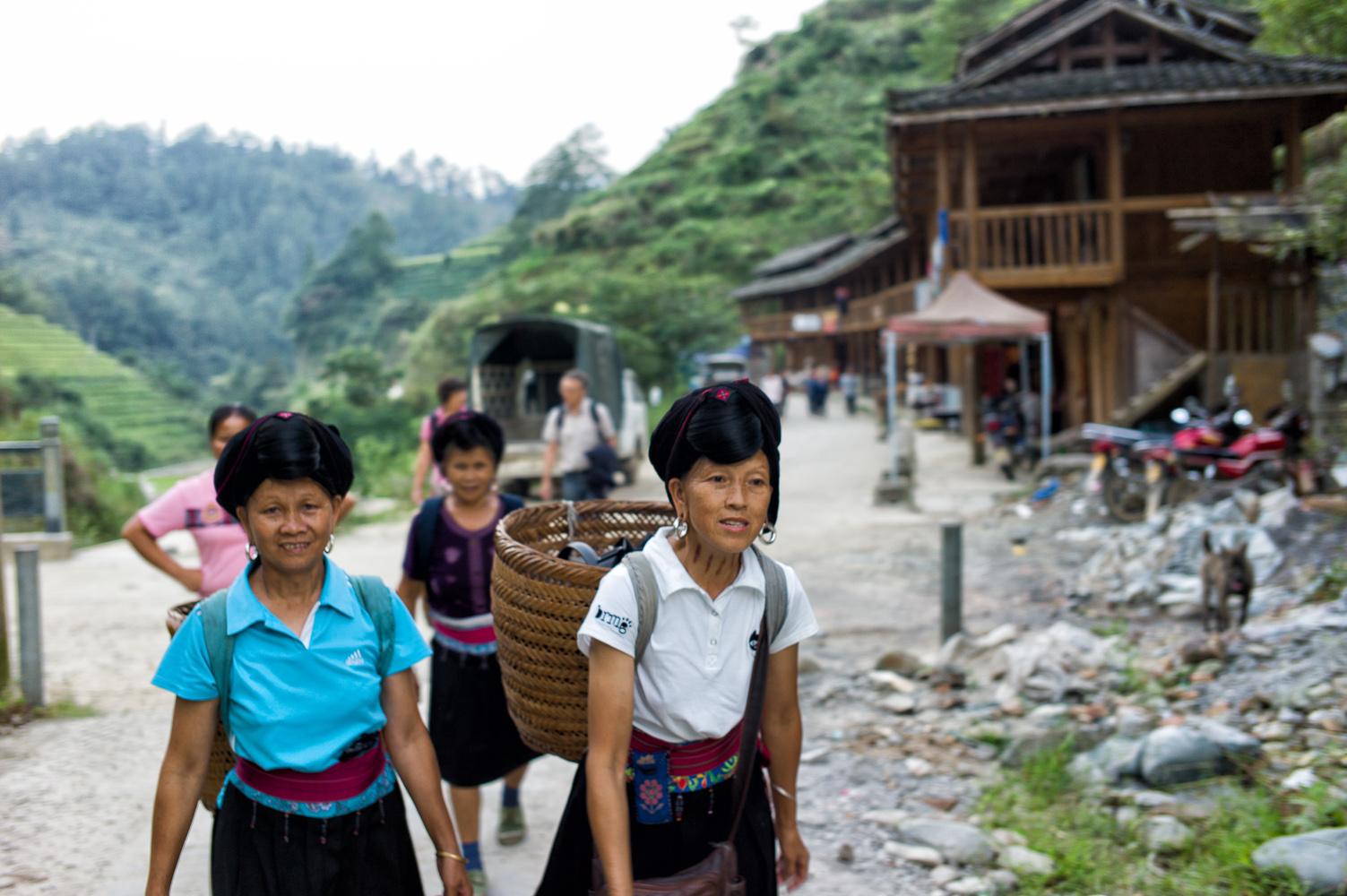 Hilfe durch Yao Frauen beim Aufstieg auf die Reisterassen