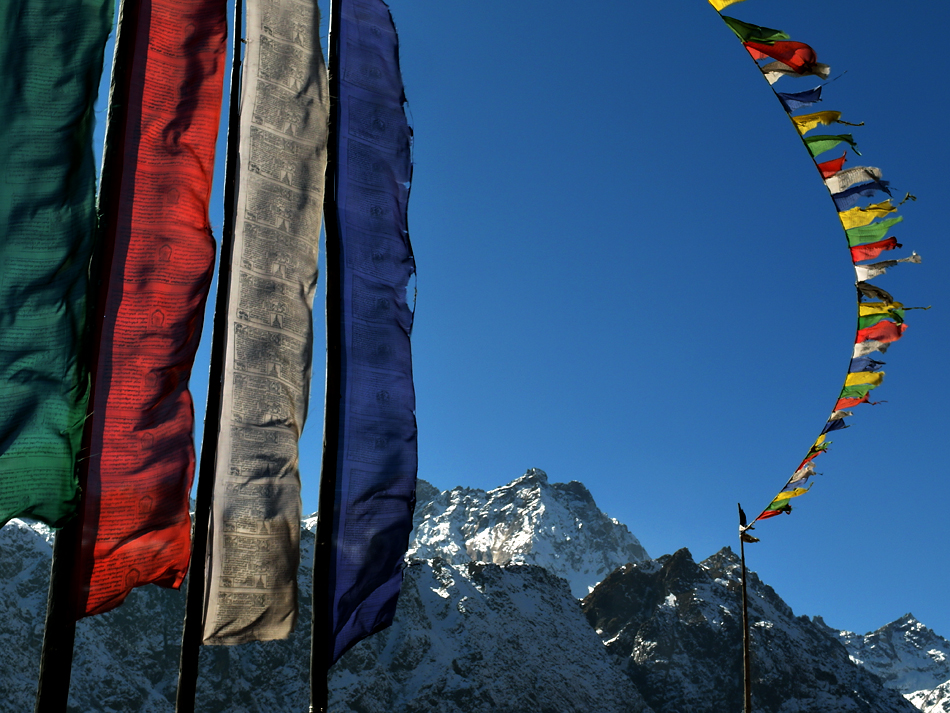 Himalaya Staat Sikkim / Im Wind wehende Gebetsfahnen vor den hohen Bergen