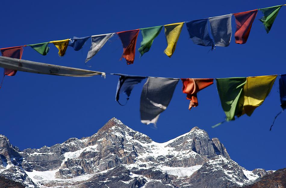 Himalaya Staat Sikkim (Indien) – Gebetsfahnen über den Bergriesen