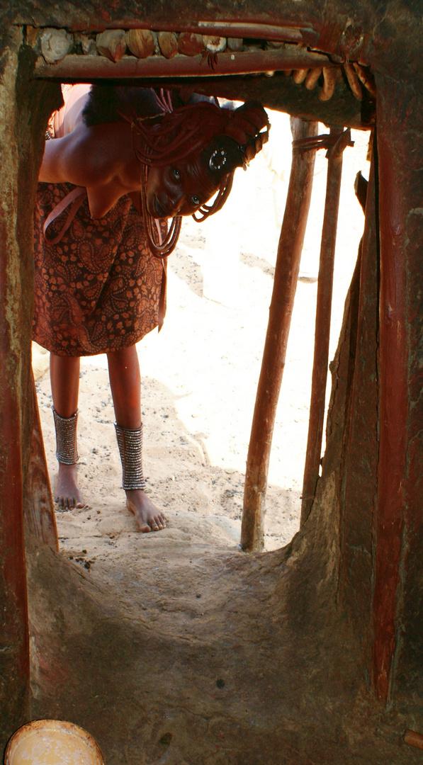 Himba bewegen sich völlig natürlich in ihrer Umgebung !