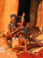 Himba Mädchen beim Gitarrenspiel