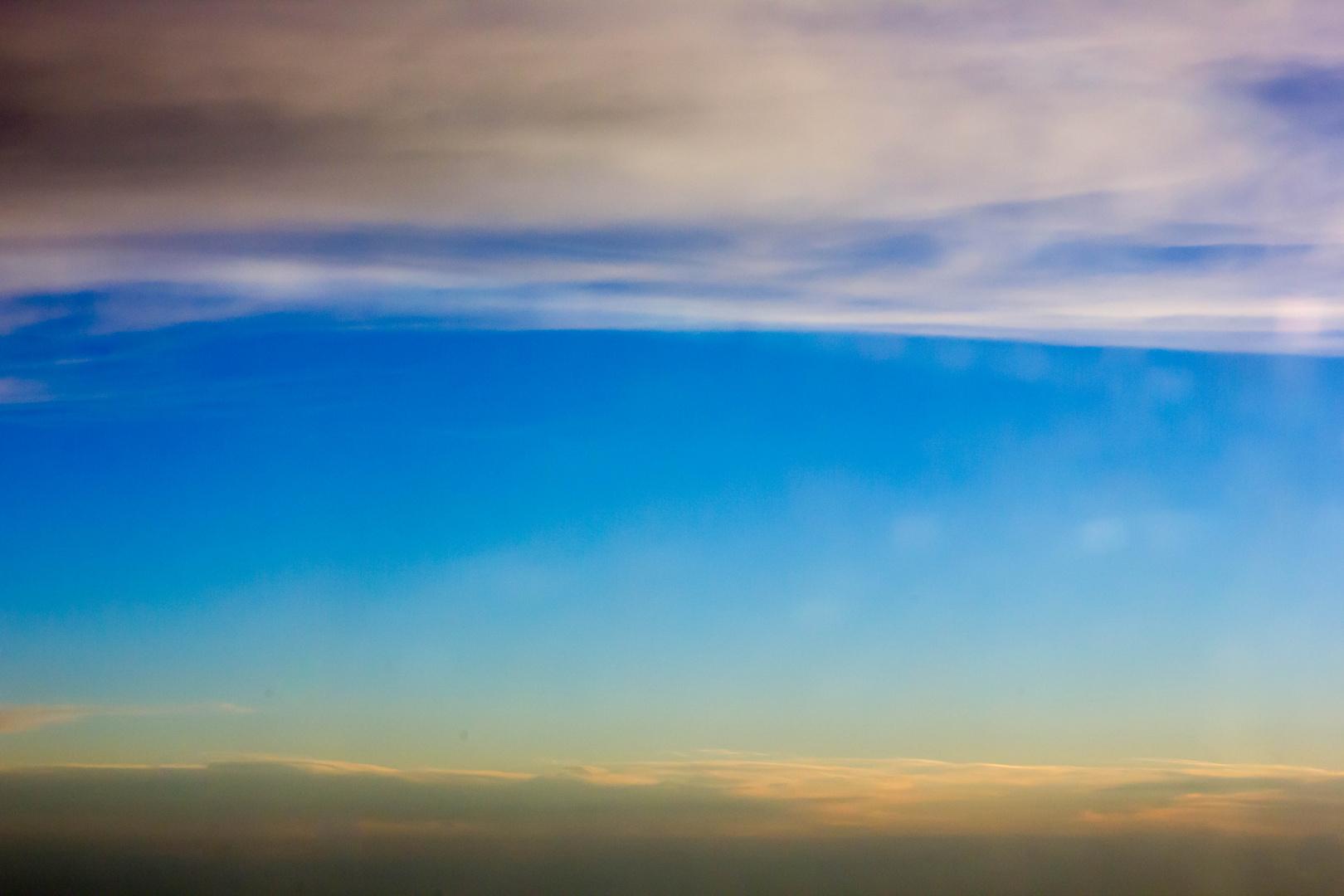 Himmel mit Wolken oben und unten