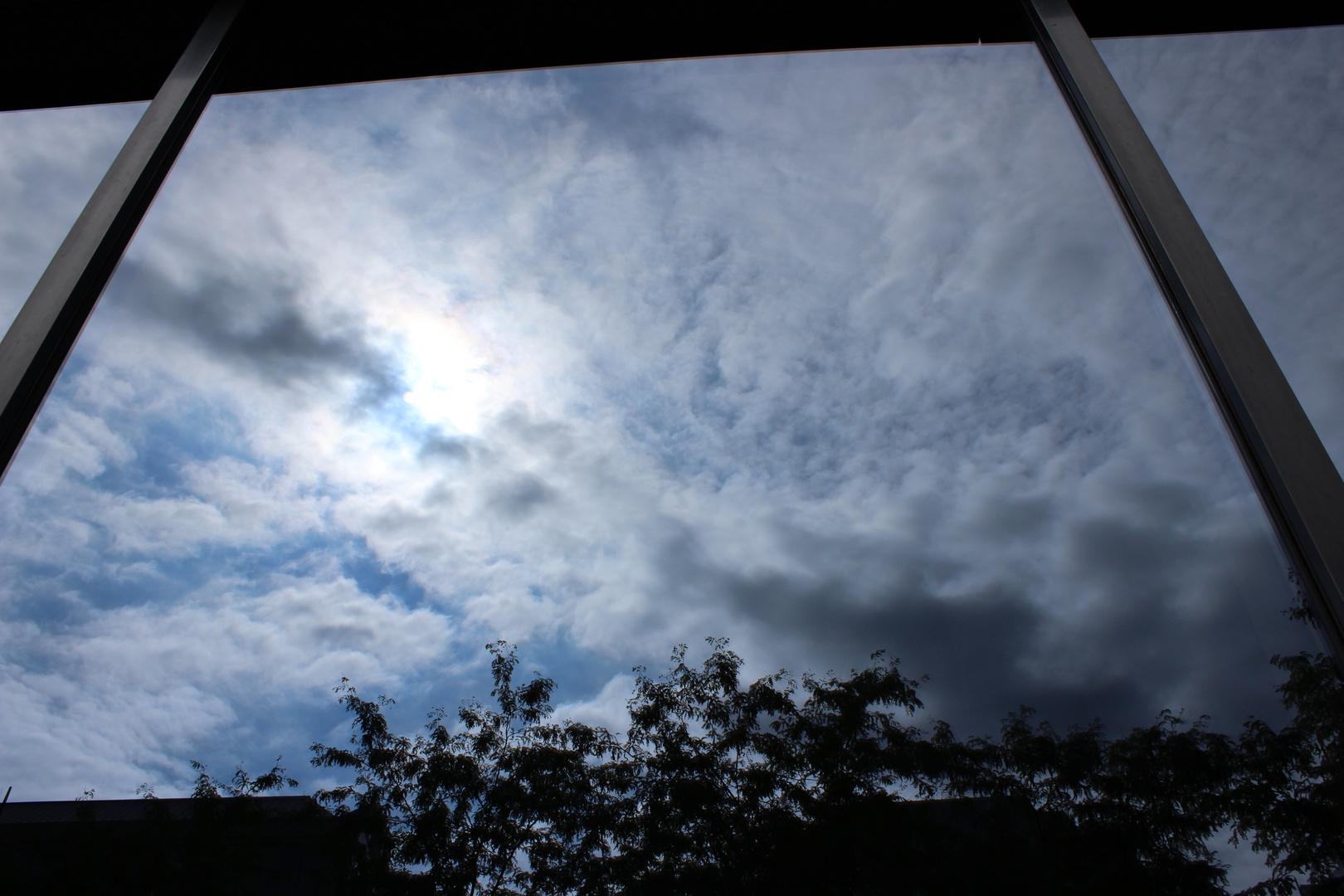 Himmel spiegelt sich im Hochhaus